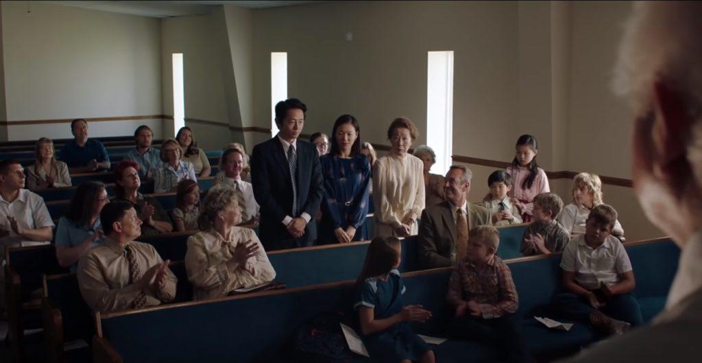 Em Minari, a adesão à igreja simboliza a entrada dos personagens nos valores religiosos.