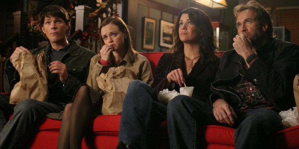 Dean, Rory, Lorelai e Luke assistem um filme no cinema da cidade.